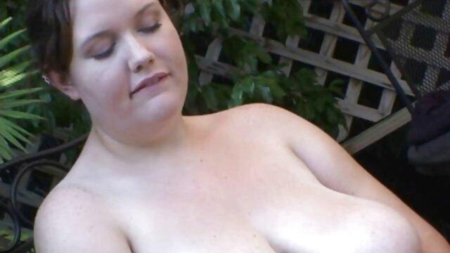 A legjobb pornó nincs regisztráció  Egy bared fiatal gruppen szex videók ribanc ül egy padon, a húga L.