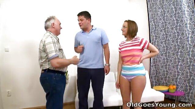 A legjobb pornó nincs regisztráció  Dick roma szex videók ült a kanapén, egy Thai kéz a régi