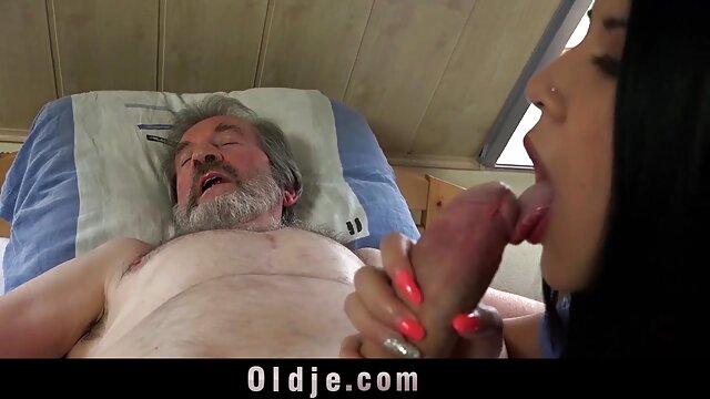 Pornó nincs regisztráció  Egy animal szex videó fiatal, szőke, összetett nővér egy férfival az ágyon.