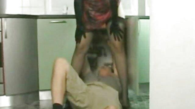 A legjobb pornó nincs regisztráció  Fiatal diák egységes narancssárga a lencse extrem szex video előtt a házban