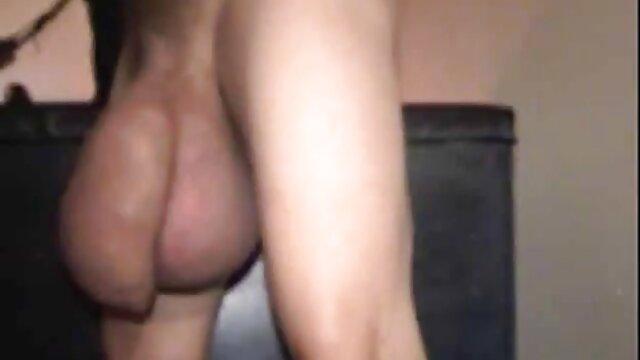A legjobb pornó nincs regisztráció  A fickó lefektette a szex masszazs video barátnőjét a hátán az ágyon, majd a nővér előtt hálózati monitor